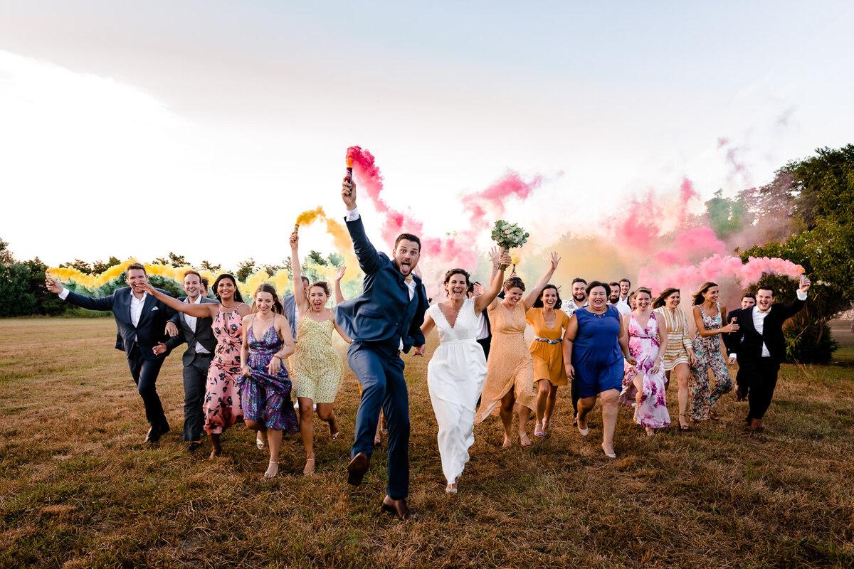 Photo de groupe avec des fumigènes lors d'un mariage à Carcassonne