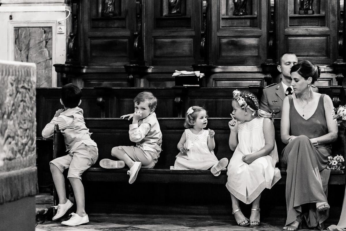Enfants dans une église lors d'un mariage en Lozère
