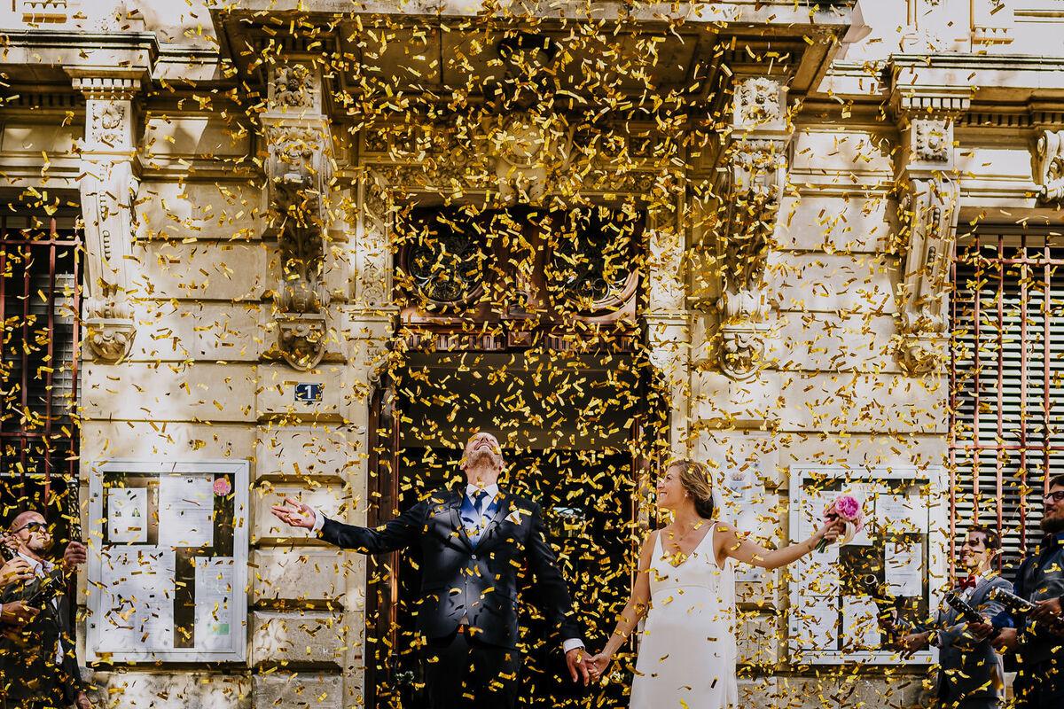 Sortie de la mairie lors d'un mariage dans l'Aude